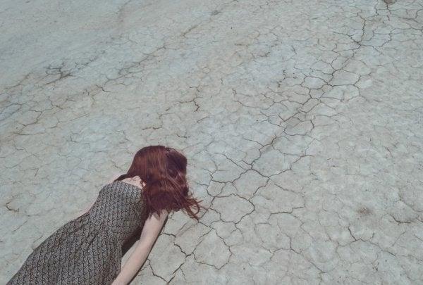 Kvinna ligger ner på ödslig mark