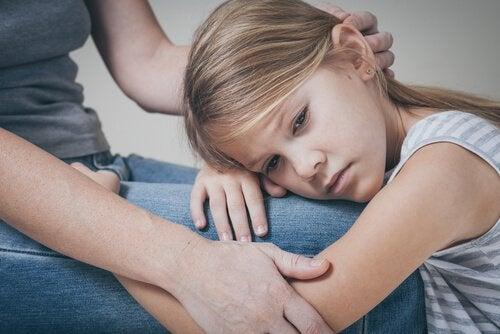 En mamma tröstar sin ledsna dotter