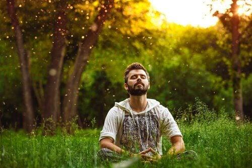 Man mediterar utomhus i naturen