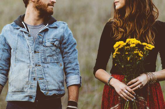 Ett par med blommor