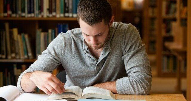 Man som studerar.