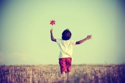 Pojke som springer på ett fält.