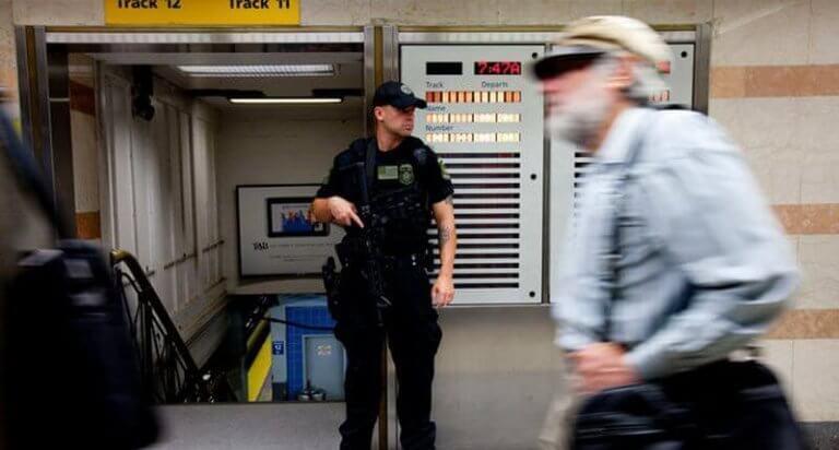Vakt vid tågstation.