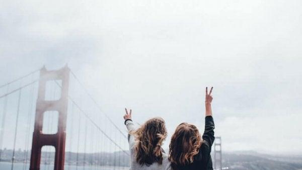 Vänner som sitter vid en bro.