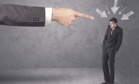 Chef pekar med fingret på en anställd