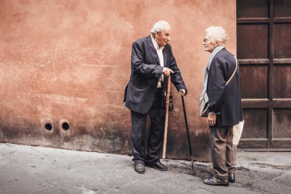 Äldre människor pratar