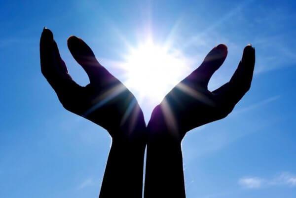 Händer som håller solen