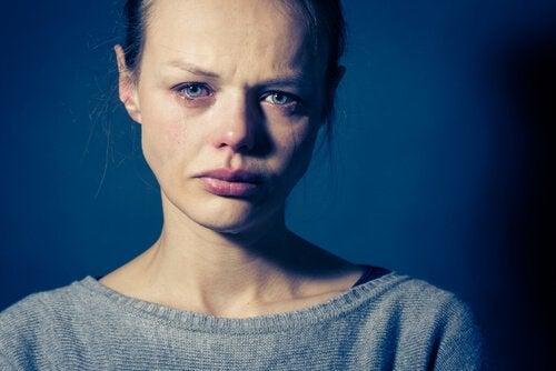 En kvinna som gråter
