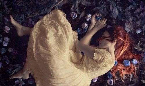 Kvinna ligger på marken