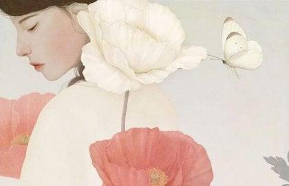 Kvinna med blommor och fjäril