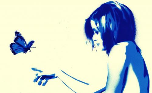 Kvinna med fjäril