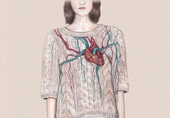 Kvinna med hjärta på tröjan.