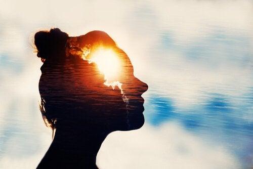 Kvinna med ljus i sinnet.