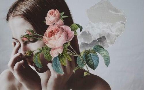 Kvinna bakom blommor