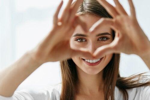 Kvinna som formar ett hjärta.