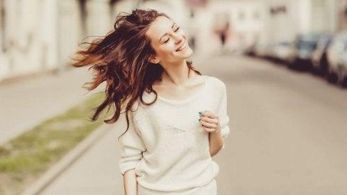 Kvinna som går och är glad.