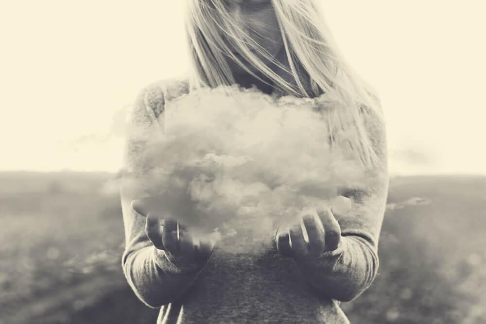 Kvinna som håller i ett moln.