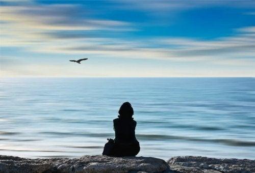 Människor blir lyckliga av att promenera vid havet