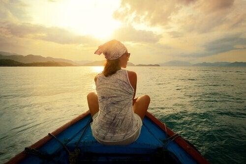 Kvinna som sitter på en båt.
