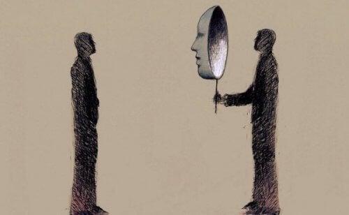 Man håller upp en mask för att dölja patologisk narcissism