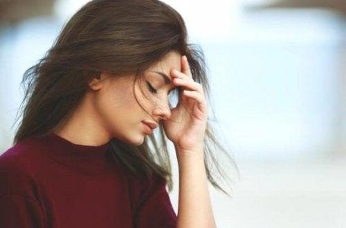 Kvinna som upplever somatiska känslor