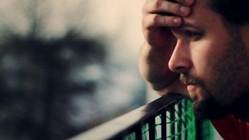 Ledsen kille med ett brustet hjärta