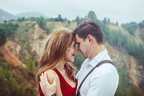 Kärleksfullt par på semester