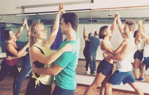 Personer som dansar i grupp.