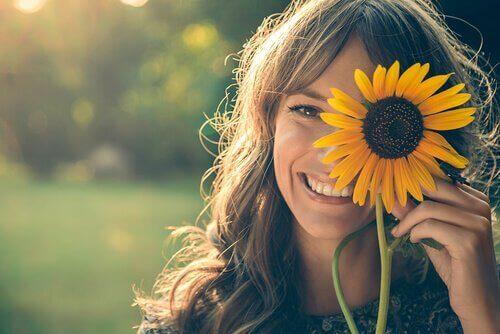 Att le oftare kan hjälpa dig att bli lycklig