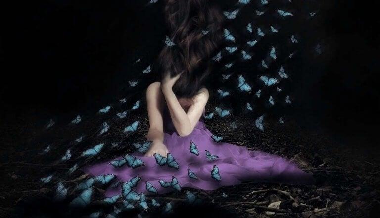 Kvinna med emotionella fjärilar