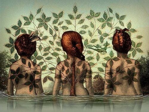 Tre kvinnor badar i vatten