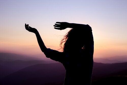 Kvinna som dansar vid soluppgången