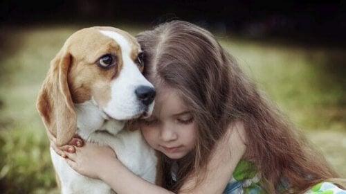 Flicka och hund.