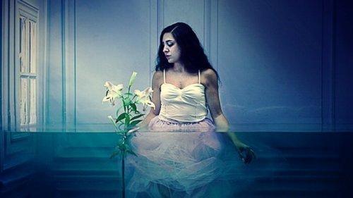 En kvinna i ett rum fyllt med vatten