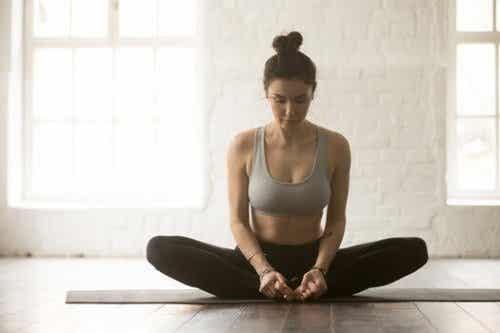6 yogaställningar för att lindra ryggvärk