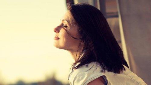 Lugn kvinna med solsken i ansiktet