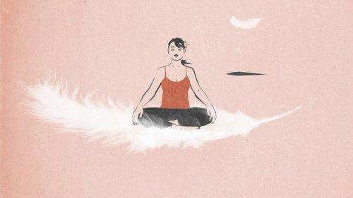 En kvinna mediterar på en fjäder