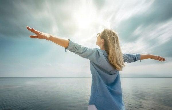 Kvinna som står vid havet.