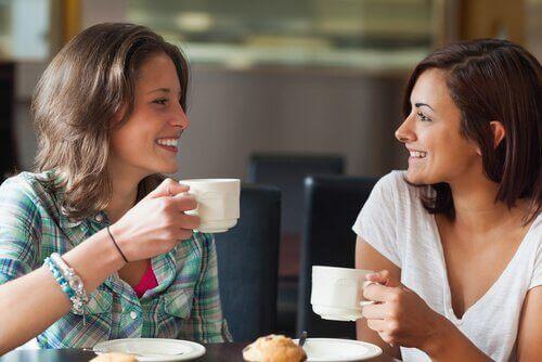 Kvinnor som dricker kaffe tillsammans.