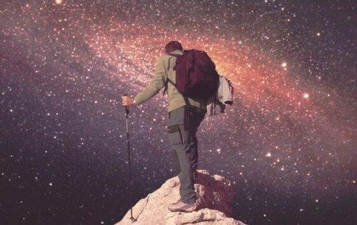 Man bestiger ett berg ända upp till rymden