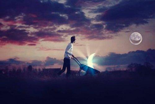 En man går med en del av månen i en skottkärra