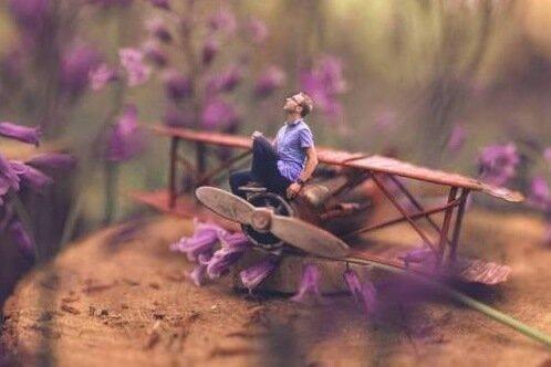 En man på ett leksaksflygplan på marken