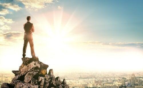Man som står på en hög med stenar.