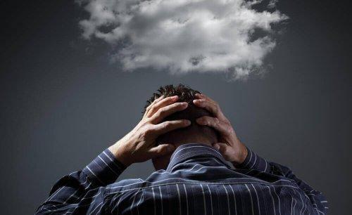 En man med ett moln över sitt huvud