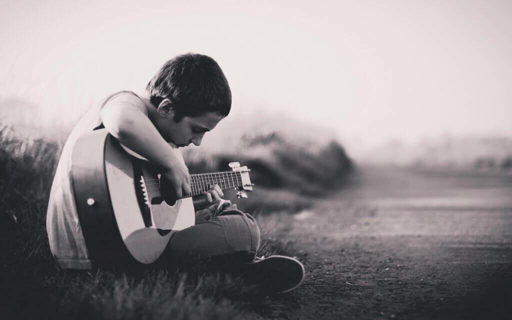 Pojke spelar gitarr