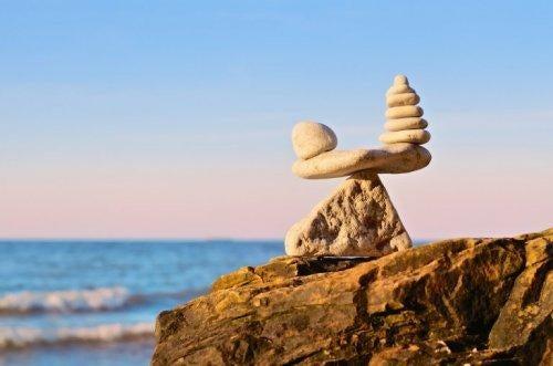 Stenar som balanserats på varandra vid havet
