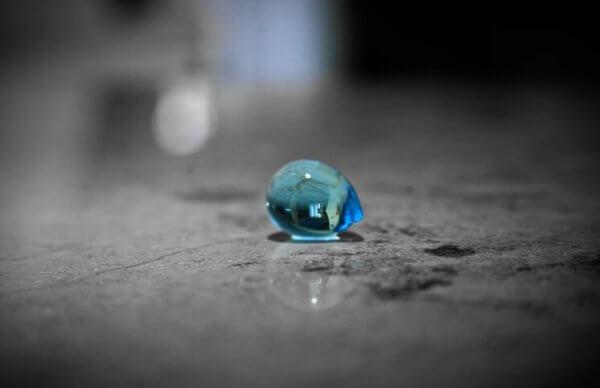 Vattendroppe på golvet.