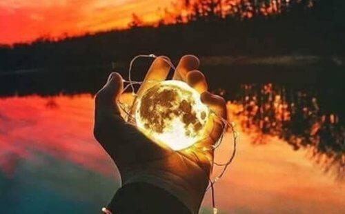 Månen i handen
