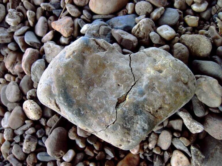 Brusten sten i form av hjärta.