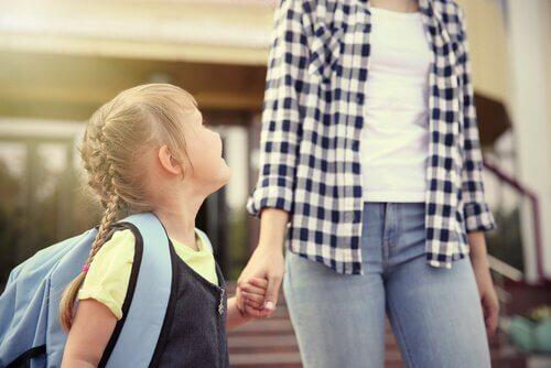 Tips för att hjälpa ditt barn med den första skoldagen